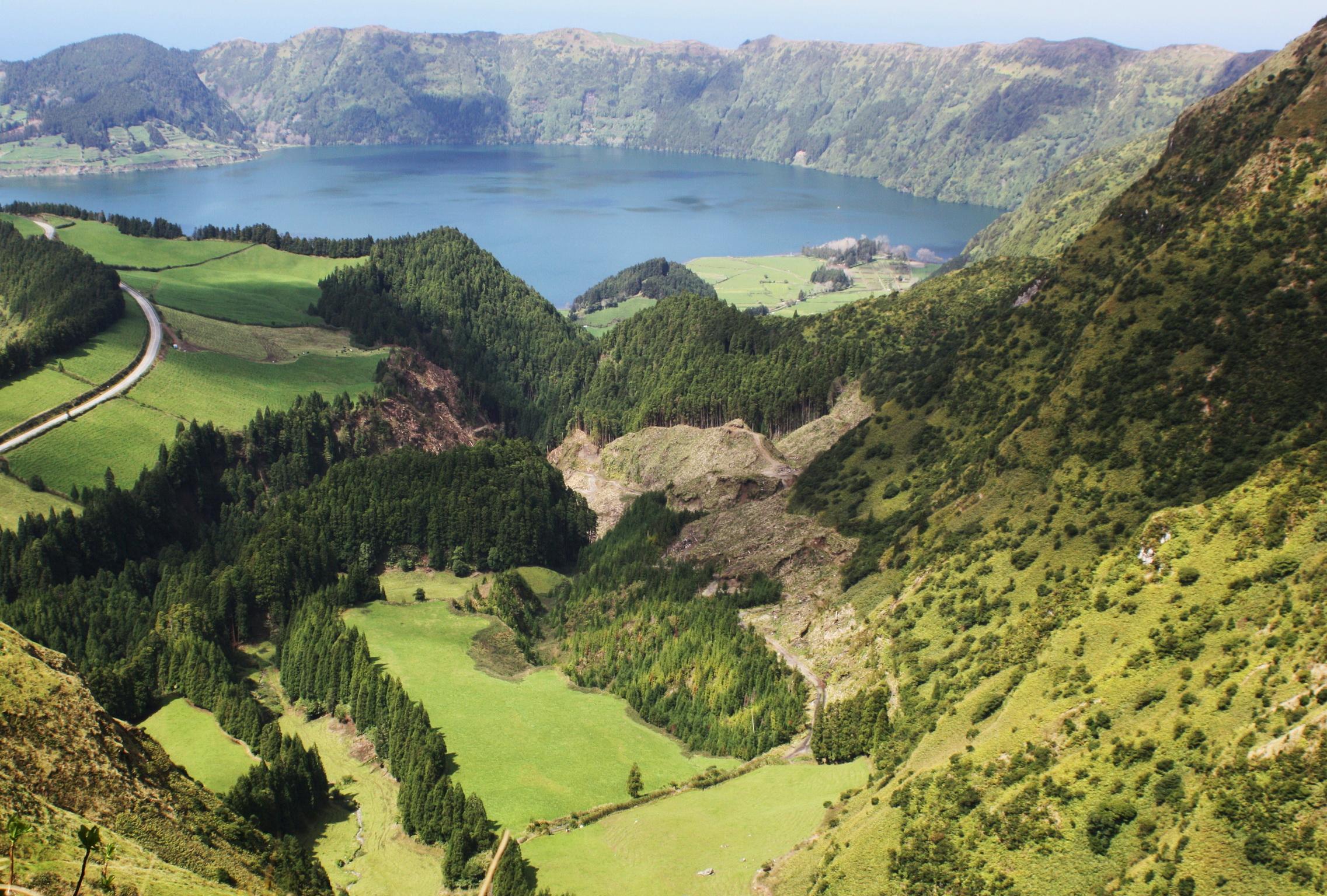 Fonds d 39 ecran 2273x1536 montagnes portugal azores san for Fond ecran portugal