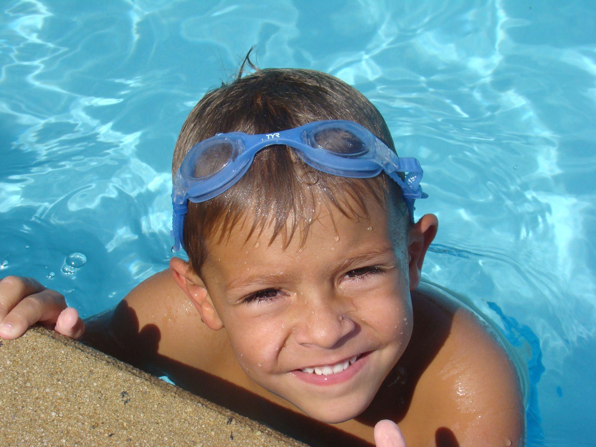 С мальчиком у бассейна 20 фотография