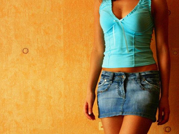 фото девушек в джинсовых мини юбочках