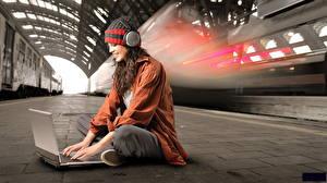 Fondos de Pantalla Computadora portátil Sombrero del invierno Auriculares Sentado station Chicas