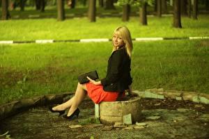 Bilder Stöckelschuh Rock Blondine Gras Mädchens