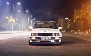 Desktop hintergrundbilder BMW Weiß Straßenlaterne Nacht automobil