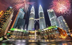 Hintergrundbilder Malaysia Feuerwerk Wolkenkratzer Springbrunnen Nacht HDRI Kuala Lumpur Städte